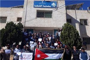 العاملون في البلديات يعتصمون أمام وزارتهم