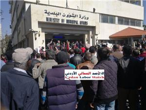 العاملون في البلديات يعلقون اعتصامهم