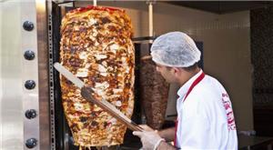 العاملون في مطاعم بيع الشاورما بعد حالات التسمم الغذائي