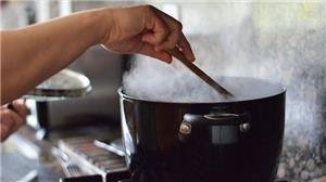 الطبخ في المنزل ... هواية ومهنة ومصدر رزق للنساء