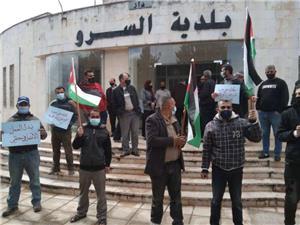 احتجاجًا على عدم صرف مستحقاتهم.. وقفة احتجاجيّة لموظفي بلدية