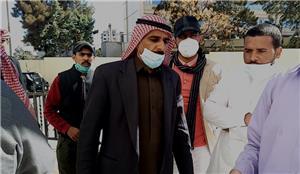 احتجاجاً على عدم صرف رواتبهم.. عمال شراء الخدمات يعتصمون أمام وزارة المياه