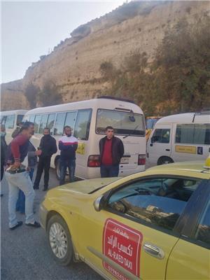 سائقو حافلات النقل العام في الكرك يعتصمون ويلوحون بالتصعيد