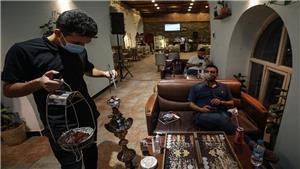 مخاوف من تسريح عدد أكبر من عاملي المقاهي خلال شهر رمضان