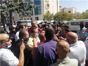 سائقو أوبر وكريم يعتصمون أمام وزارة النقل