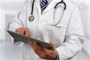 الأطباء المقيمون ينفذون عاصفة الكترونية ووقفة احتجاجية