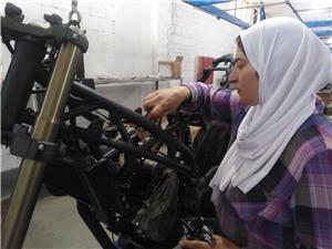 آمال الصباغ.. من إدارة مصنع الجبص إلى ميكانيك وصناعة الدراجات النارية